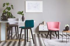 Красочные стулья бархата в живущей комнате со стеклянным столом стоковое фото rf