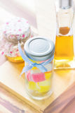 Красочные студень и бутылки меда Стоковая Фотография