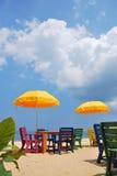 Красочные стул и таблица с желтым зонтиком на пляже стоковая фотография rf