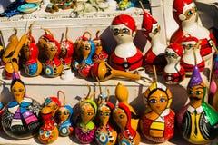 Красочные сувениры игрушек: девушка и Санта Клаус Традиционный рынок Турция штифта стоковое изображение rf