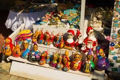 Красочные сувениры игрушек: девушка и Санта Клаус Традиционный рынок Турция штифта стоковая фотография rf