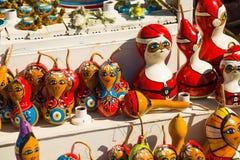 Красочные сувениры игрушек: девушка и Санта Клаус Традиционный рынок Турция штифта стоковые фотографии rf