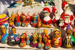 Красочные сувениры игрушек: девушка и Санта Клаус Традиционный рынок Турция штифта стоковые фото