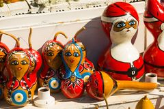Красочные сувениры игрушек: девушка и Санта Клаус Традиционный рынок Турция штифта стоковое фото