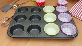 Красочные случаи пирожного будучи помещанным в поднос выпечки видеоматериал