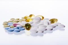 Красочные таблетки на белой предпосылке. Стоковое Изображение RF
