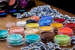 Красочные тени для век на таблице Комплект профессионала состава стоковые изображения