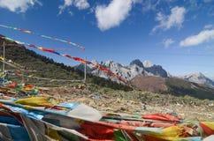 Красочные тибетские флаги с голубым небом на точка зрения вдоль дороги к заповеднику Yading стоковая фотография rf