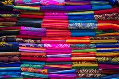 Красочные ткани на рынке Otavalo в эквадоре Стоковое Изображение