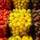 Красочные томаты вишни в пластичных корзинах Стоковое Фото