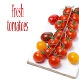 красочные томаты вишни на белой деревянной изолированной доске, Стоковая Фотография