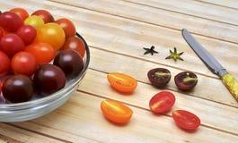 Красочные томаты вишни на деревянной предпосылке Стоковое Фото