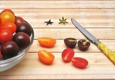 Красочные томаты вишни на деревянной предпосылке Стоковая Фотография