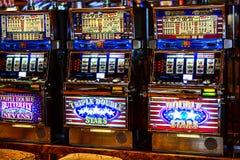 Красочные торговые автоматы осветили вверх на казино стоковая фотография