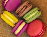 Красочные торты macaroons на оранжевой предпосылке стоковые изображения