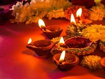 Красочные традиционные лампы и цветки diya глины стоковое изображение rf