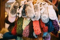 Красочные традиционные европейские теплые одежды - шляпы и Mitte крышек Стоковые Изображения