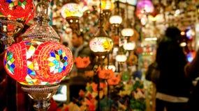 Красочные турецкие лампы и фонарики в грандиозном базаре Стамбула, Турции стоковое изображение rf