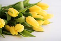 Красочные тюльпаны на деревянном столе Стоковое Изображение RF