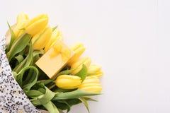 Красочные тюльпаны на деревянном столе Стоковая Фотография RF