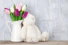 Красочные тюльпаны и кролик карточка пасха Стоковые Изображения