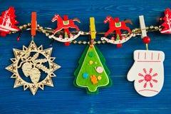 Красочные украшения рождества и света рождества на веревочке на голубой деревянной предпосылке Стоковое фото RF