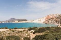 Красочные утесы Firiplaka приставают к берегу на Milos острове, Греции стоковое фото