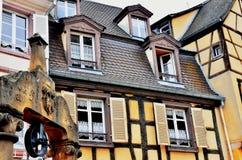 Красочные фасад и колодец здания Стоковое Изображение