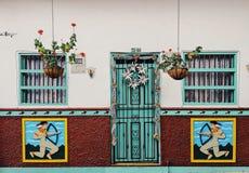 Красочные фронты в Guatapé стоковые изображения