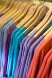 Красочные футболки в магазине Стоковые Фото