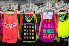 Красочные футболки проданные на улице ходят по магазинам во время партии полнолуния Koh Phangan острова, Таиланд Стоковое Изображение