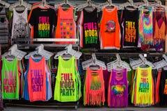 Красочные футболки проданные на улице ходят по магазинам во время партии полнолуния Koh Phangan острова, Таиланд Стоковое Фото