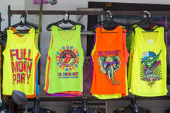 Красочные футболки продали на Koh Phangan во время партии полнолуния, Таиланде острова Стоковое Изображение RF