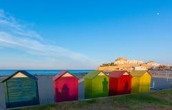 Красочные хаты пляжа на пляже Peniscola Стоковые Фотографии RF