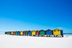 Красочные хаты пляжа на Muizenberg, Кейптауне Стоковые Фотографии RF