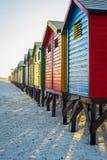 Красочные хаты пляжа на Muizenberg приставают к берегу, Кейптаун, Южная Африка Стоковое Фото
