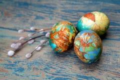 Красочные хворостины пасхального яйца и вербы на деревянной предпосылке Взгляд сверху Стоковые Изображения