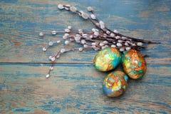 Красочные хворостины пасхального яйца и вербы на деревянной предпосылке Взгляд сверху Стоковое Фото