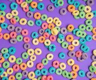 Красочные хлопья на фиолетовой предпосылке стоковое изображение rf