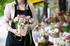 Красочные цветки Alstroemeria Большой букет пестротканых alstroemerias в цветочном магазине продан в форме подарка bo Стоковые Изображения