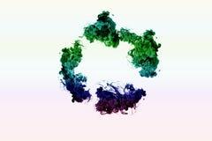 Красочные чернила круга в воде на белой предпосылке красит радугу Кольцо картины цвета смешанное тумана Стоковые Фотографии RF