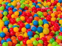 Красочные шарики в бассейне шарика спортивной площадки для детей Стоковая Фотография RF
