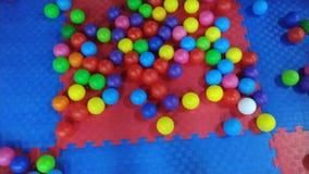 Красочные шарики в центре занятности детей акции видеоматериалы