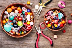 Красочные шарики на деревянной поверхности стоковое фото