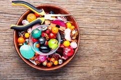 Красочные шарики на деревянной поверхности стоковое изображение