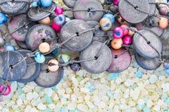 Красочные шарики от кокоса и ягоды Acai на кристаллах соли моря ванны для спа стоковое изображение rf