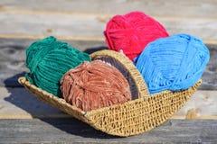 Красочные шарики шерстей в злой корзине Стоковые Изображения RF