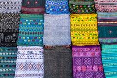 Красочные шарфы на рынке ночи, Luang Prabang, Лаосе Стоковые Фото