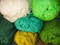 Красочные шерсти, зеленая стена шерстей Стоковое Фото