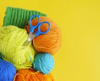 Красочные шерстяные шарики пряжи Шарики пряжи в корзине needlework Стоковая Фотография RF